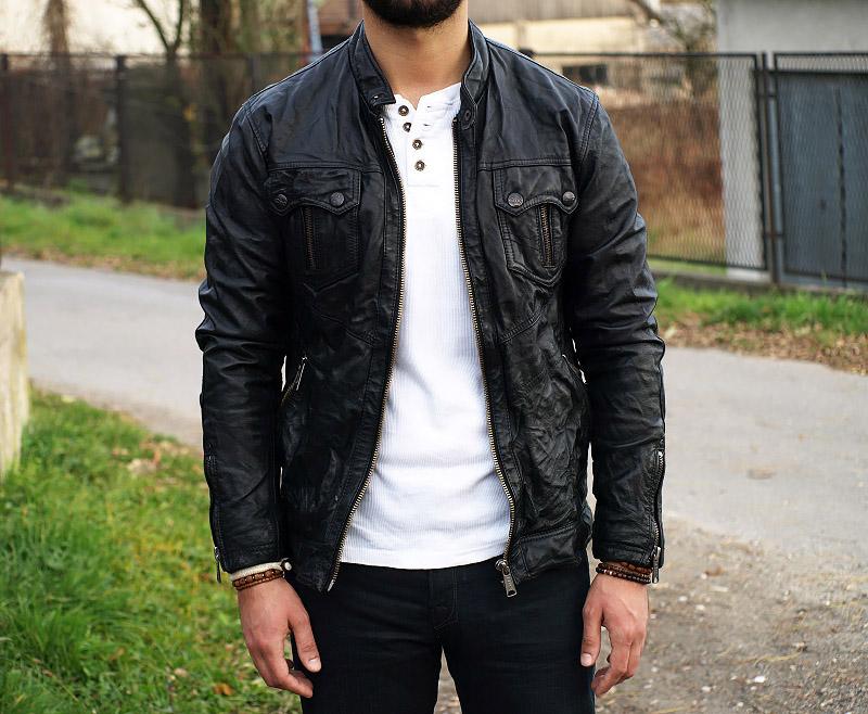 czarna skurzana kurtka biała bluzka