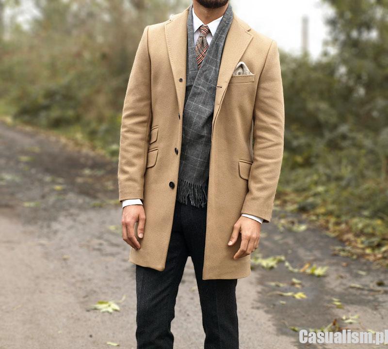 Klasyczny, elegancki wełniany płaszcz męski model w kolorze czarnym z efektownymi wstawkami na rękawach, z tyłu wszyta patka w pasie również w kolorze czarnym,Zapinanay na guziki, na ramionach pagony dodają nie zobowiazujacego charakteru, przy rękawach patki, płaszcz .