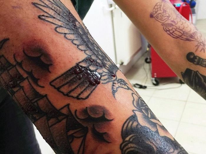 Ból przy robieniu tatuażu, gojenie tatuażu, jak dbać o tatuaż, krew z tatuażu, tatuaż po wykonaniu, świeży tatuaż.