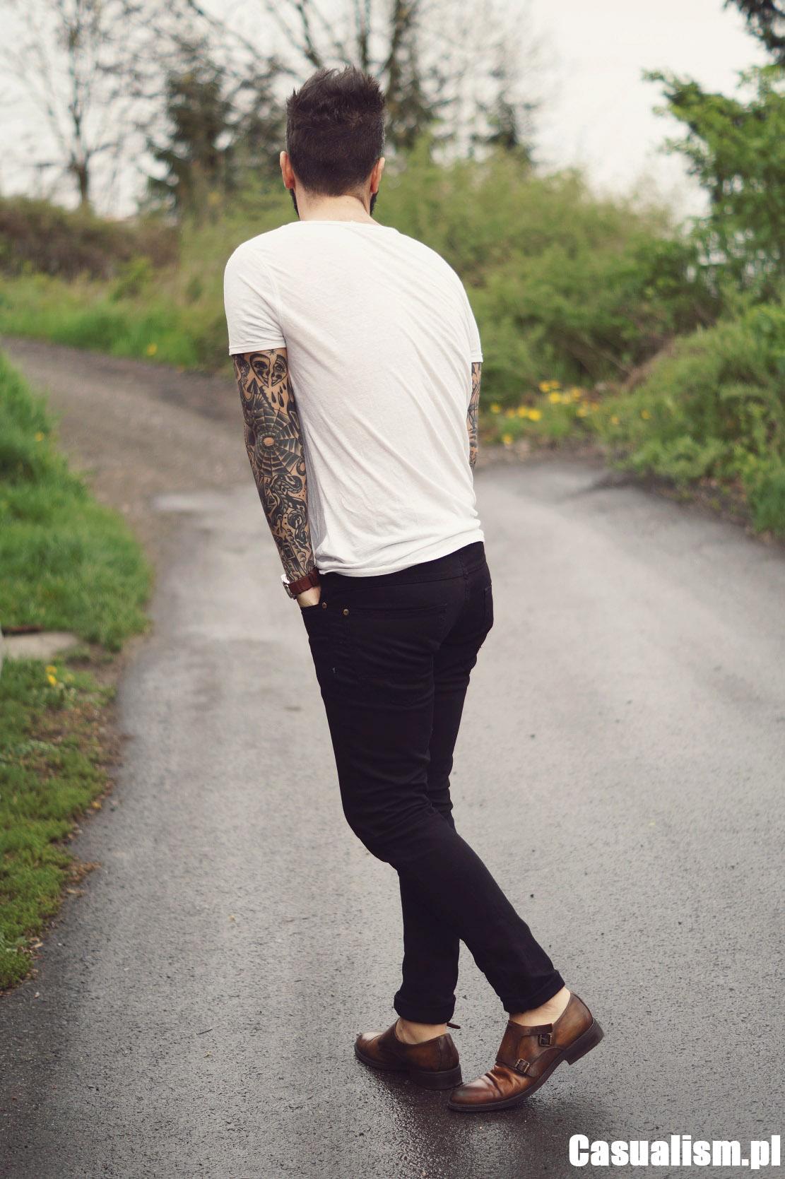 brąz z czernią, Biała koszulka, styl streetwear, męski styl uliczny, męski styl, męskie ubrania, czarne jeansy męskie, buty monk, monki buty.