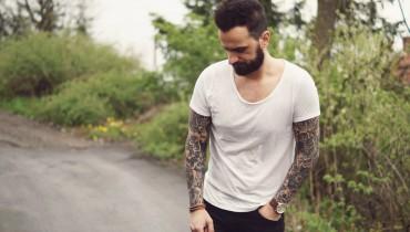 Biała koszulka, styl streetwear, męski styl uliczny, męski styl, męskie ubrania, czarne jeansy męskie, buty monk, monki buty.