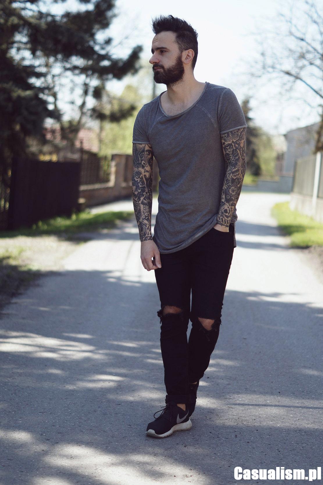 Długa koszulka męska, koszulka streetwear, styl streetwear, inspiracje streetwear męskie, wąskie jeansy z dziurami. Dziury w jeansach, buty Nike Roshe czarne, czarne Roshe.