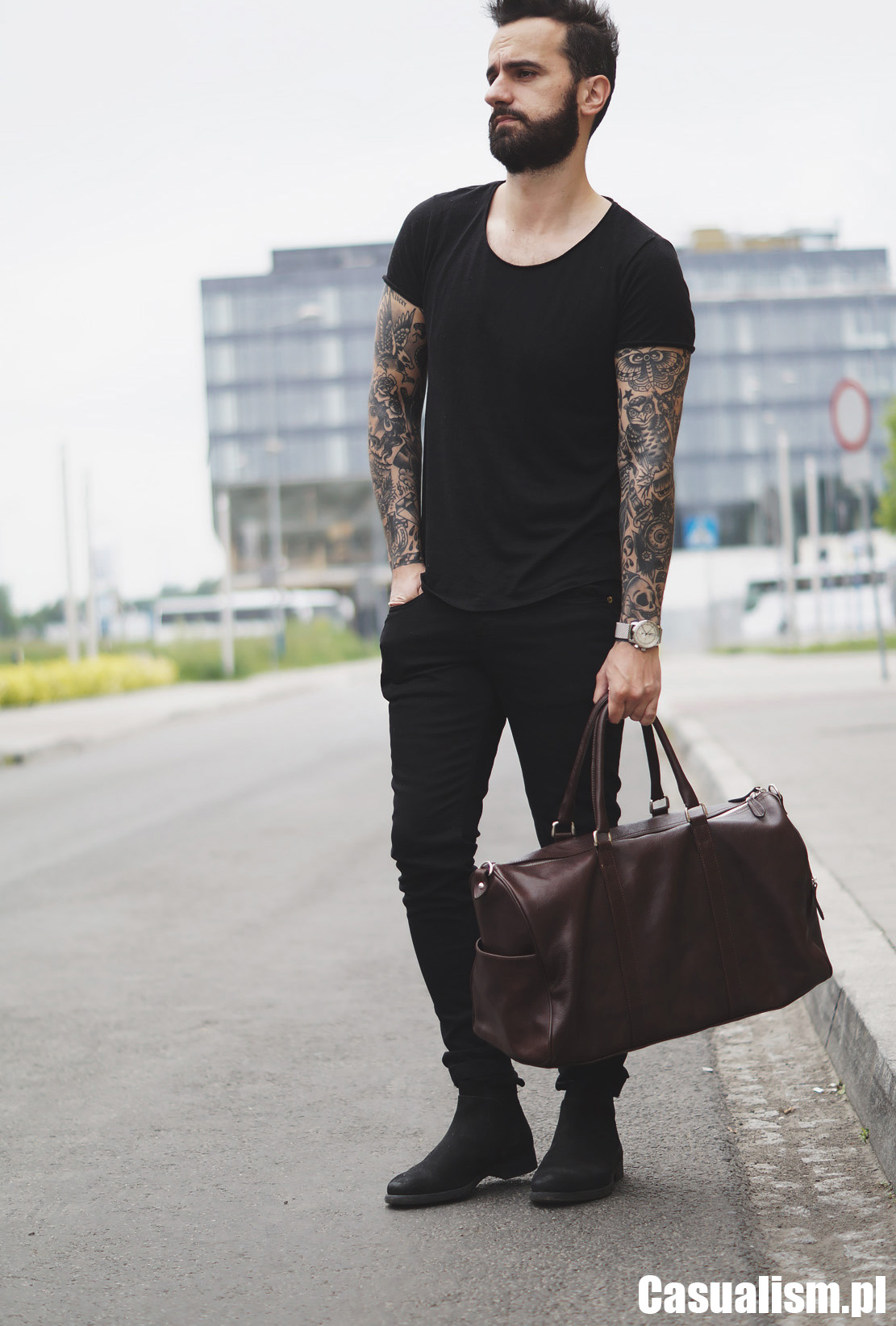 Czarny t-shirt męski, czarna koszulka męska, męska koszulka t-shirt, męskie czarne koszulki. Czarne jeansy męskie, męskie wąskie jeansy, czarne jeansy, czarne buty, czarne sztyblety.