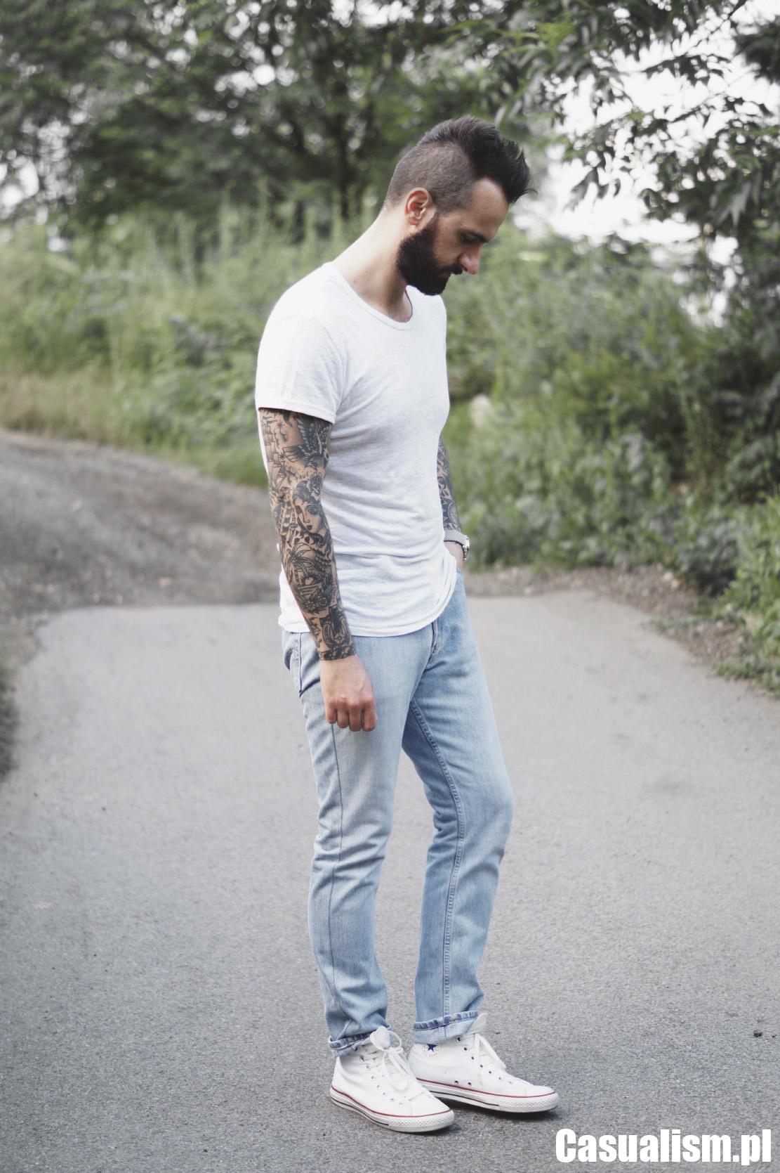 Koszulka lniana, lniana koszulka, lniane koszulki, męski t-shirt lniany, lniany t-shirt, spodnie dad jeans, jasne jeansy, jeansy regular.