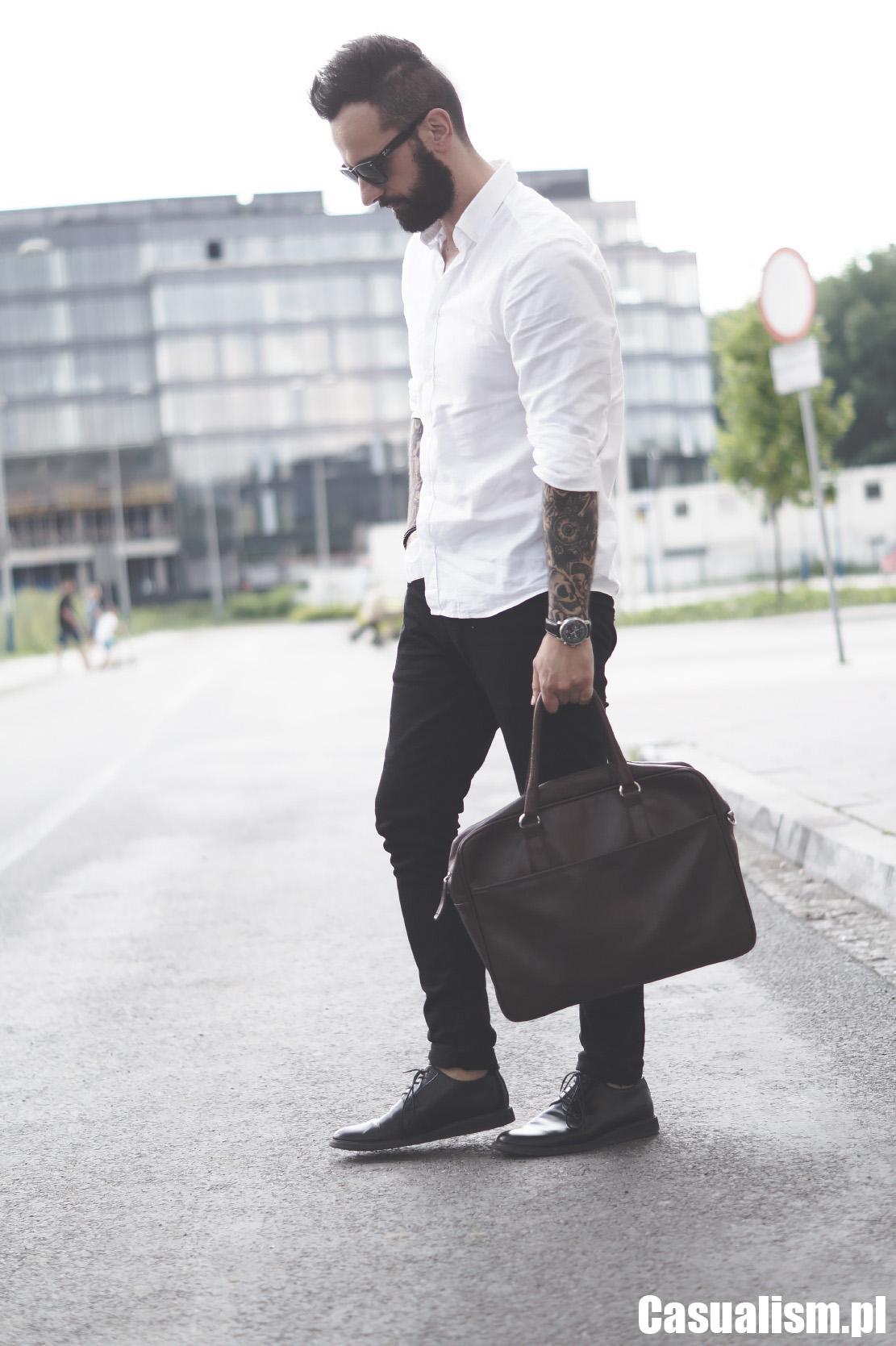 Biała koszula z jeansami, białe koszule i jeansy, jaka koszula do jeansów, koszula z jeansami, dżinsy do koszuli, jakie jeansy, czarne jeansy męskie, biała koszula oksford, biała koszula męska.