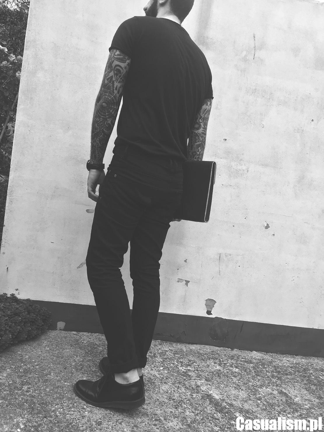 Wąskie jeansy męskie, męski t-shirt czarny, wąskie jeansy dla faceta, derby męskie, buty męskie skórzane, derby buty czarne, styl minimalistyczny, styl streetwear męski.