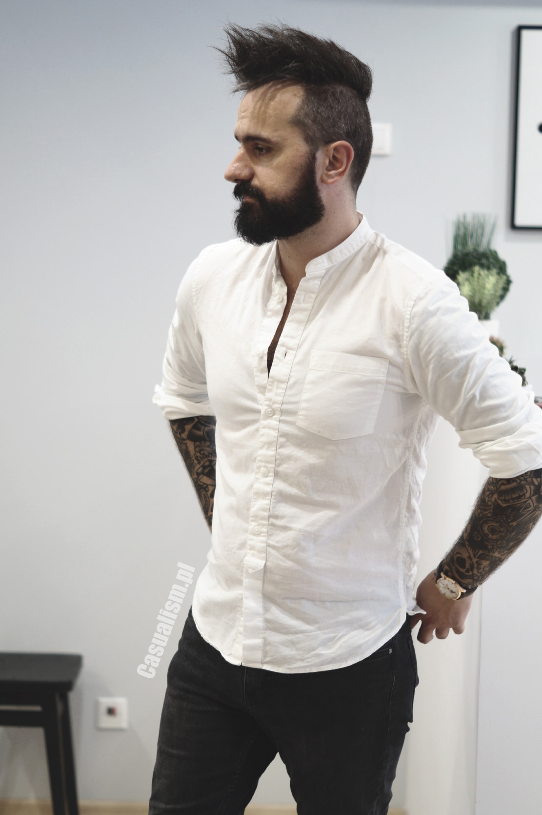 Biała koszula męska, męska koszula biała, białe męskie koszule, koszula z jeansami, koszula do jeansów, jeansy z koszulą, koszula dla faceta, biała koszula dla chłopaka, chłopak w koszuli