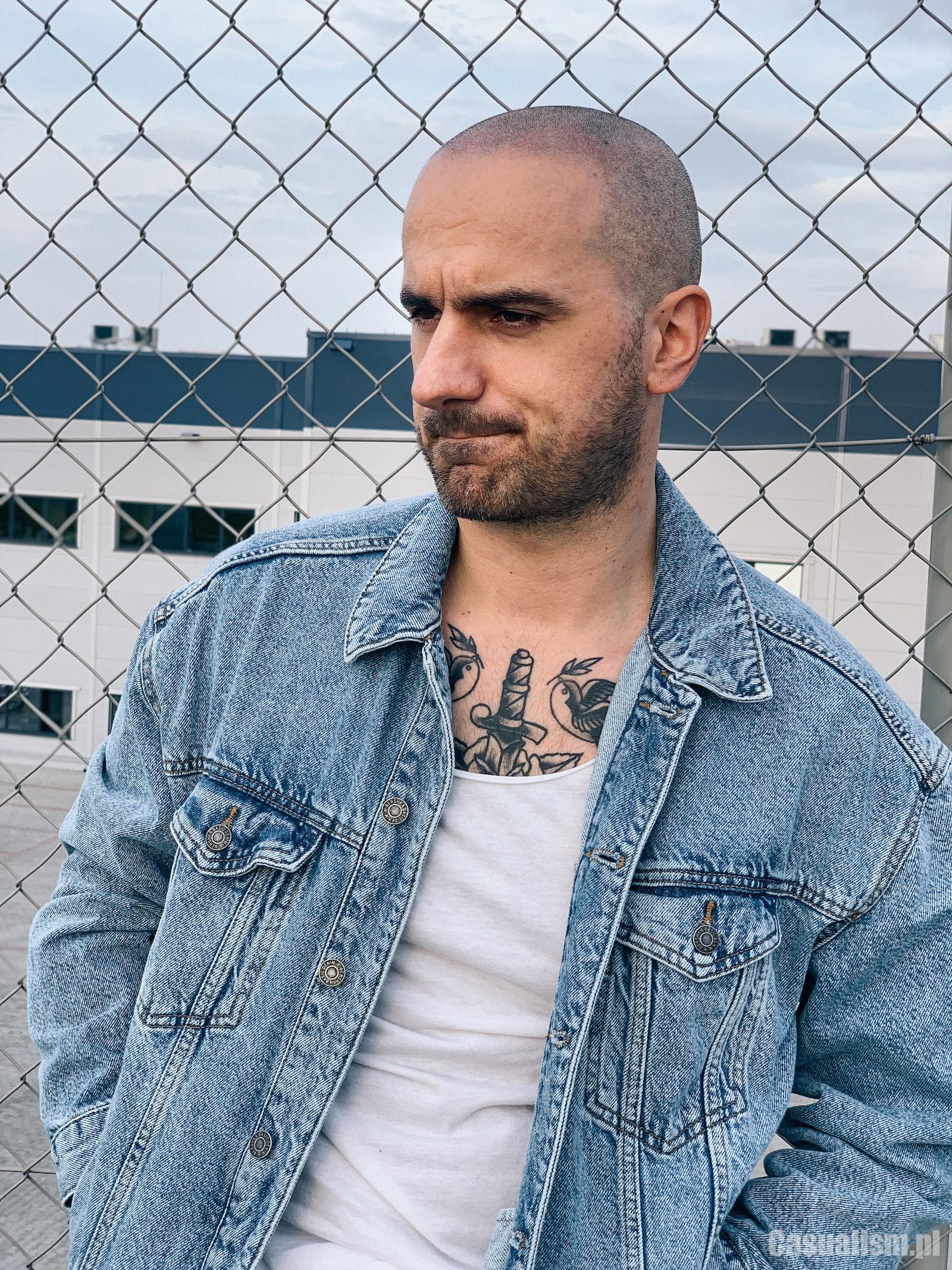 kurtka jeansowa, tatuaz na klacie, tatuaż na klatce piersowej, tatuaż z kurtką, tatuaż pod koszulką